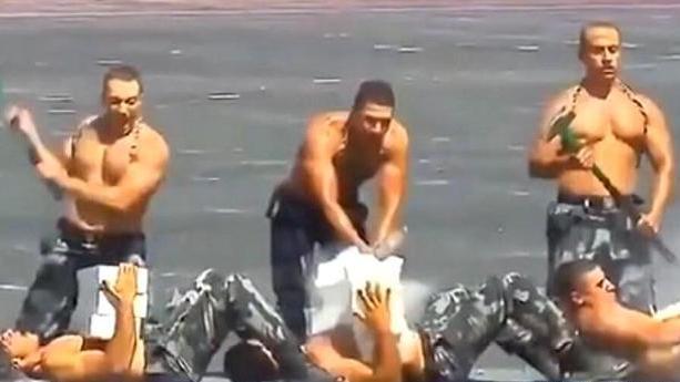 小意思!警察毕业典礼上表演胸口碎大石钻火圈,网友:杂技肌肉男
