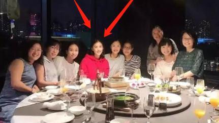 37岁黄圣依同学聚会照火了,明明是同龄人,却像极少女和一群阿姨!