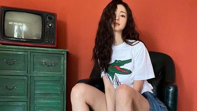 张天爱不愧是时尚的宠儿,T恤搭配运动鞋,大秀美腿