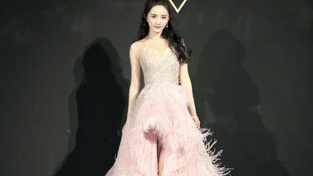 """杨幂身材真好,穿粉色拖尾裙秀""""蜜蜂腰"""",""""二八分""""比例绝了"""