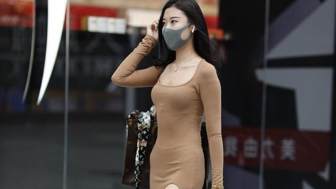 """秋日魅力穿搭, """"大姐姐""""的时髦开叉裙, 一路""""秀""""大长腿!"""