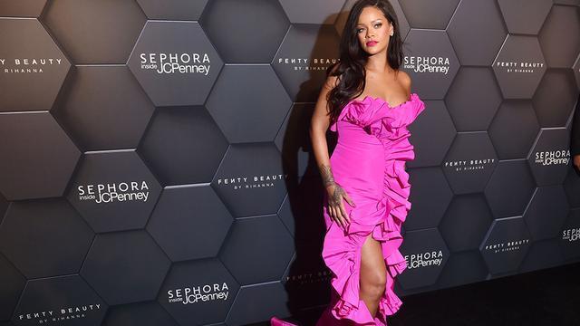 """蕾哈娜秀场高光时刻:音乐天才也是时尚达人,被赞""""美丽黑珍珠"""""""