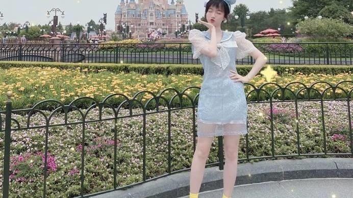 李浩菲《中餐厅》穿搭真好看!蓝色泡泡袖+短裤,宛若烂漫小公主