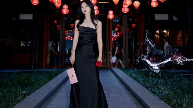 朱珠罕见露面,简单黑白裙子穿出高级范儿,黑丝袜叠穿吊带真吸睛