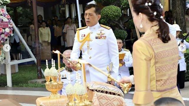 68岁泰王头发稀疏,和王后一同染发显年轻,妃子太多也难熬
