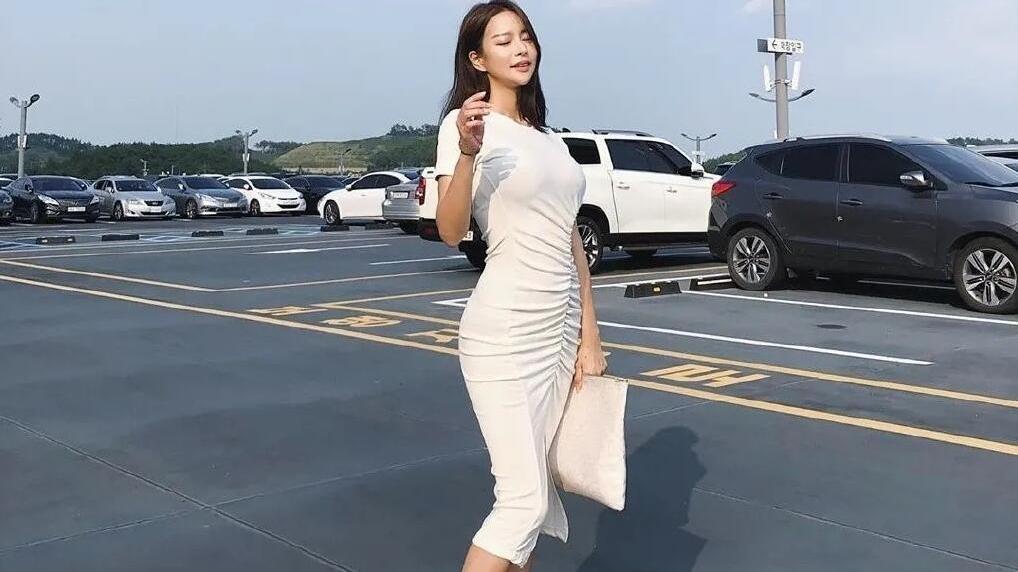 """韩版的时尚网红,一身乳白连衣裙造型,衬出极品""""腰身比例"""""""