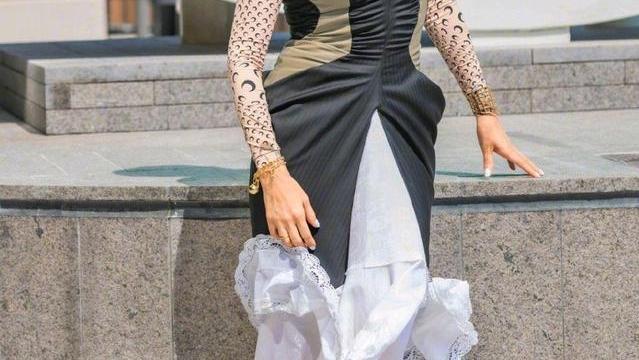 刘嘉玲越老越时髦,超短发造型搭配拼色连衣裙优雅大气,时髦前卫