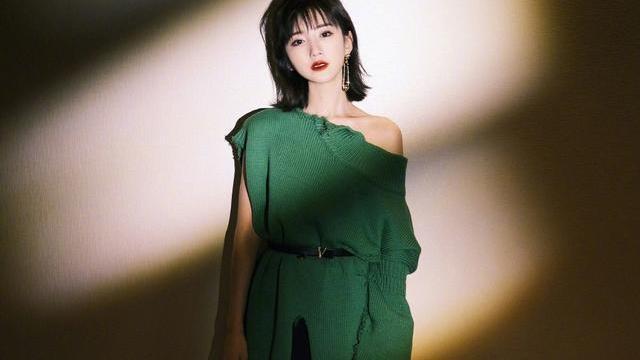 毛晓彤的气质挺柔情的,虽然看着服装简单,却带着魅惑感
