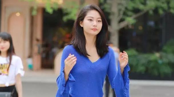 深蓝色带喇叭袖时尚T恤,搭配修身瑜伽裤,穿出魅力十足的女生
