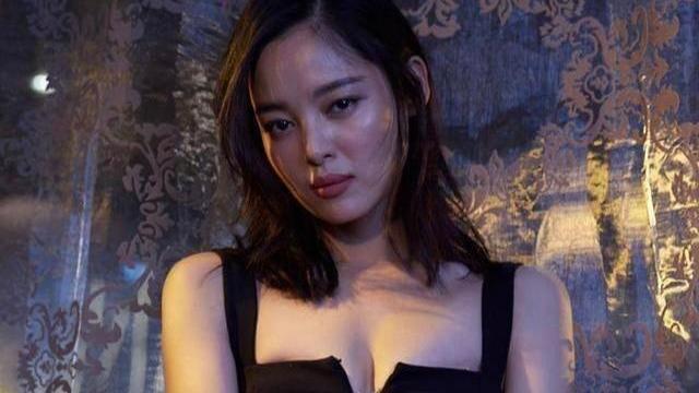 34岁辛芷蕾真敢穿,丰满身材硬塞进小号吊带裙,又纯又欲太迷人