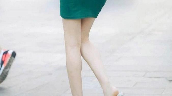 美女身穿绿裙,出行穿搭选择它,让你轻松美出时尚感