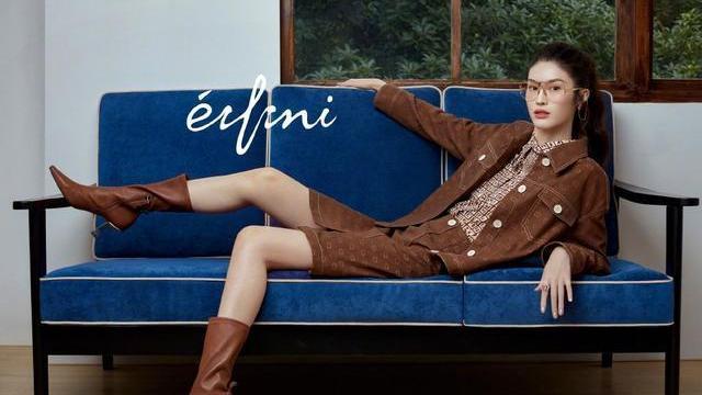 超模何穗示范秋冬穿搭,原来呢子大衣还能这样穿,时髦感迅速提升