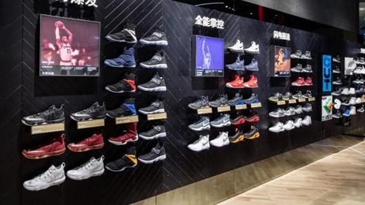 运动鞋巨头诞生,凭一双鞋卖出7亿双,超越耐克阿迪!00后潮流标志