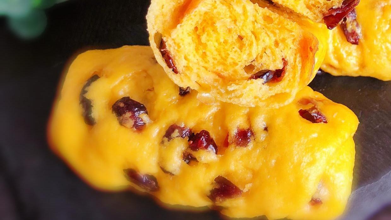 秋天到南瓜俏,做个花卷当早餐,蓬松暄软,还有酸甜果干在里面