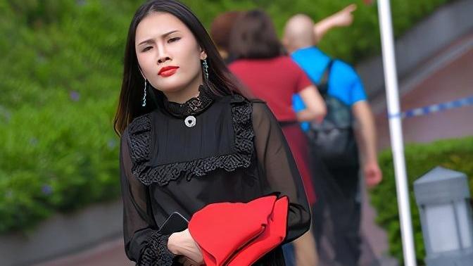 今秋流行的裙装搭配,高级感十足,黑色鱼嘴高跟鞋为气质加分
