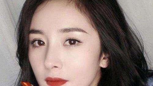 35岁的女人别再涂粉色口红了,现在流行橘色口红,优雅还减龄