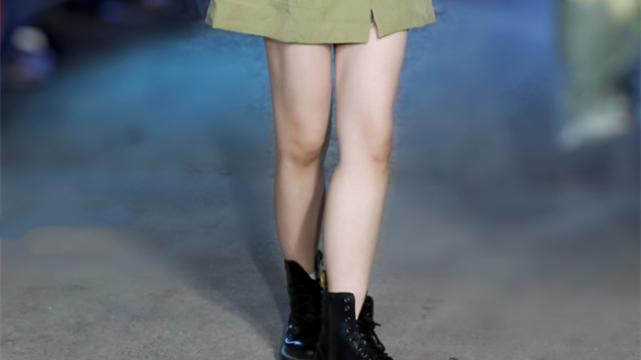 """虞书欣出道后像""""整了容"""",穿上马丁靴后,这腿白得像抹了涂改液"""