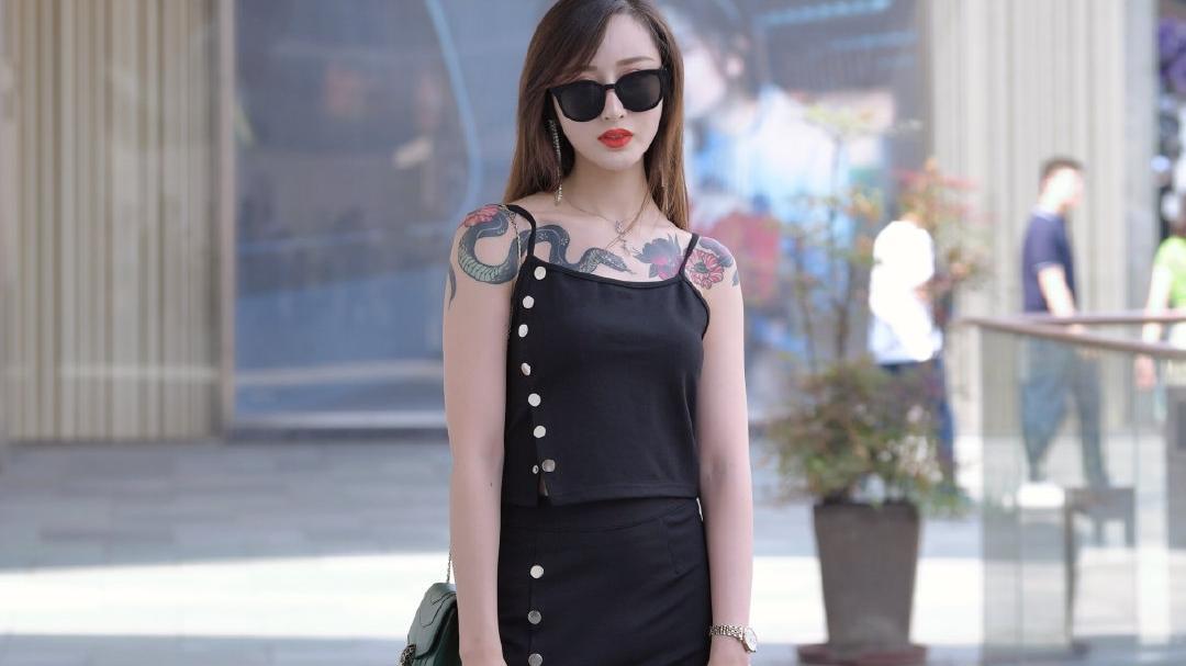 姐姐穿出了酷雅女生羡慕的打扮,黑色分体套装超显瘦,太美了