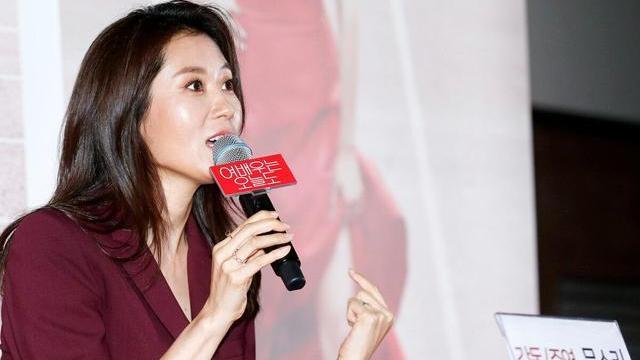 韩国演员文素利,穿酒红色西服套装利落帅气,配披肩卷发更妩媚