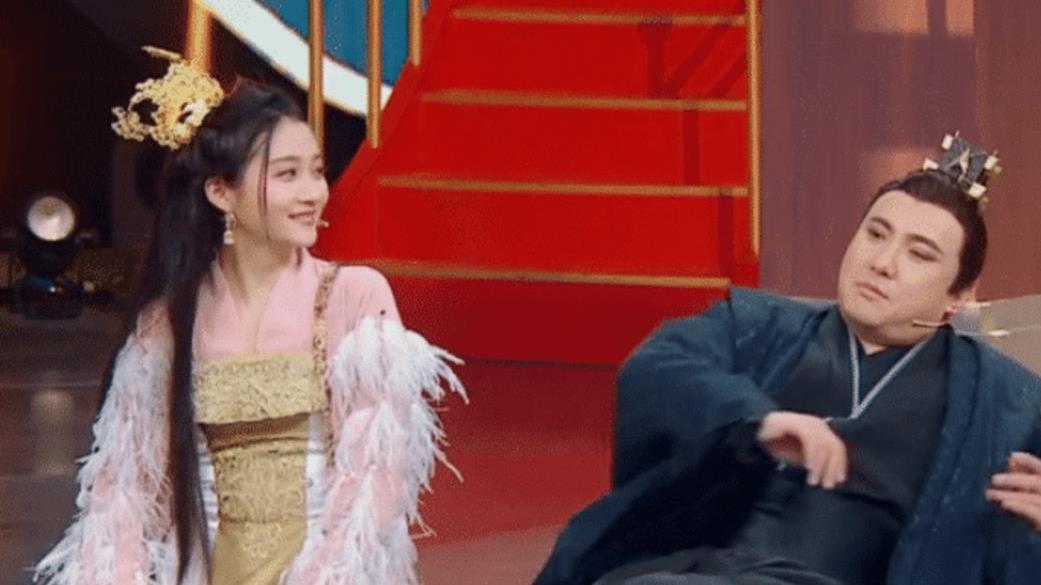 """关晓彤模仿沈腾""""东北躺"""",当她伸出腿的那刻,导演都来不及救场!"""