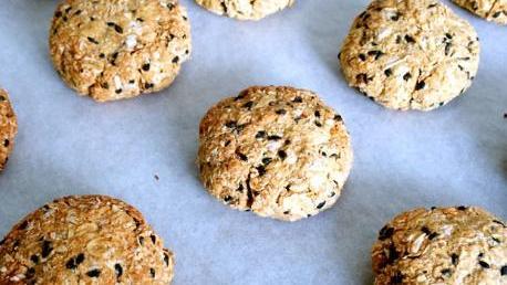 秋天可多吃红枣,不煮粥也不蒸,做成小饼干,每天吃一个身体好