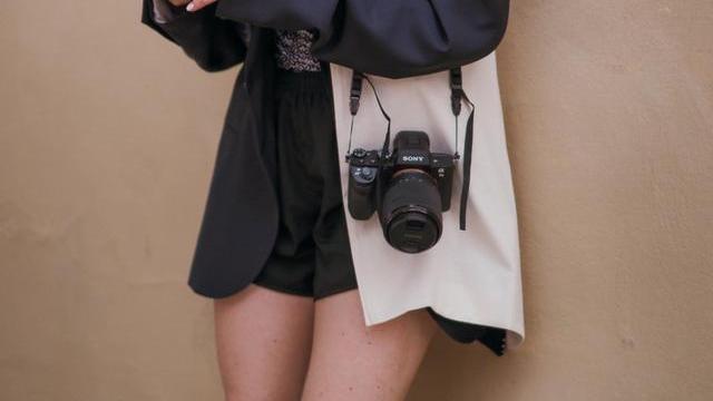 帆布包缺乏时尚感?江疏影背起来减龄又显气质,实属夏日穿搭好帮手