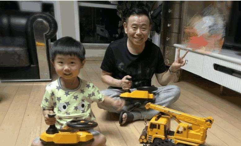 潘长江的基因被女儿躲过,却被外孙完美继承,爷孙俩如同复制粘贴