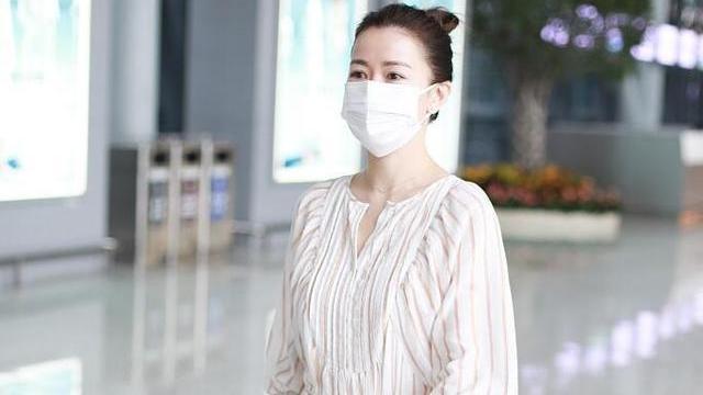 再次被佘诗曼惊艳,45岁穿白色连衣裙配丸子头,说是少女也不过分