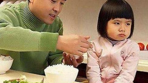 要想宝宝吃好饭,给吧勺子就可以?远不像你想象的那么简单