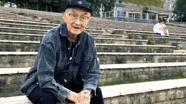 这位83岁的穿搭博主火了!果绿卫衣、AJ潮鞋,活似精神小伙