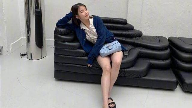 韩国女神IU神仙日常穿搭,简约不失时尚,明星教你穿出高级感