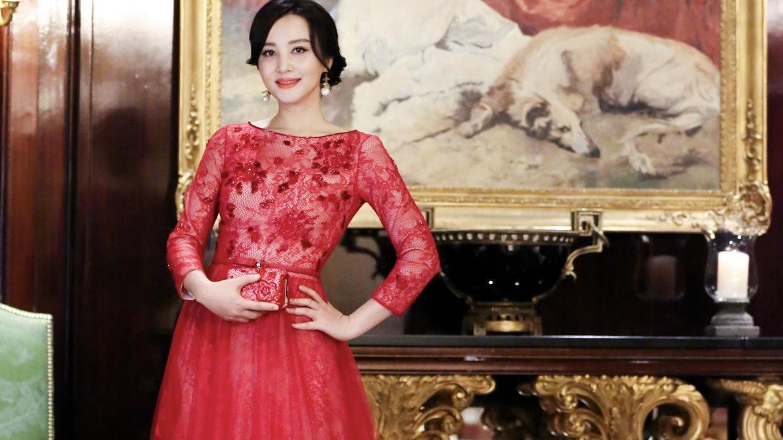 """陶红很有""""贵妇""""范,穿大红色连衣裙简约又优雅,高级又减龄"""