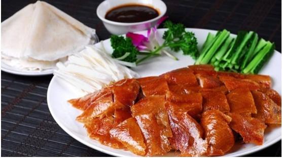 北京烤鸭吃起来脆嫩可口,尤其表面那层油皮色泽焦黄,分外香美