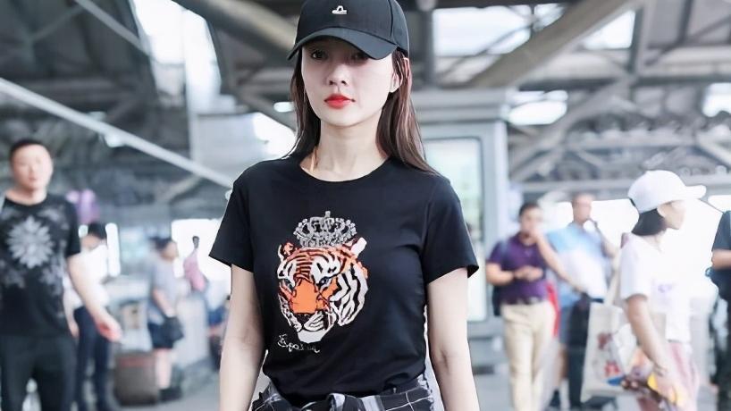 """李小璐不愧是""""时髦精"""",穿红色羽绒服搭配黑色紧身裤,清纯可爱"""