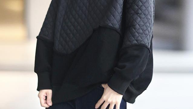 加绒卫衣+马甲棉服简约又洋气,秋冬这样一身穿搭,走哪都有腔调