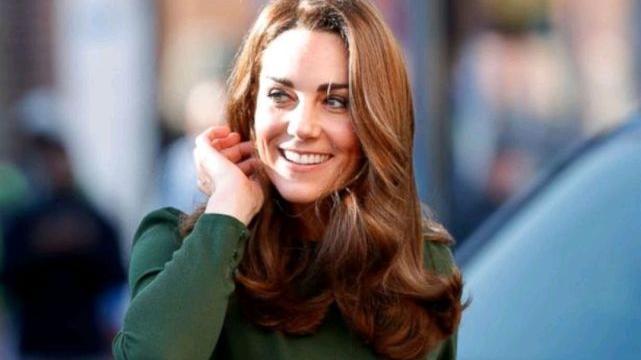 伊万卡穿衣很时髦,身穿墨绿色连衣裙,巧用蝴蝶结点缀,精致高级