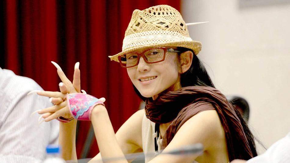 杨丽萍10年不摘帽子,本以为是装饰,摘下帽子时我被吓到了