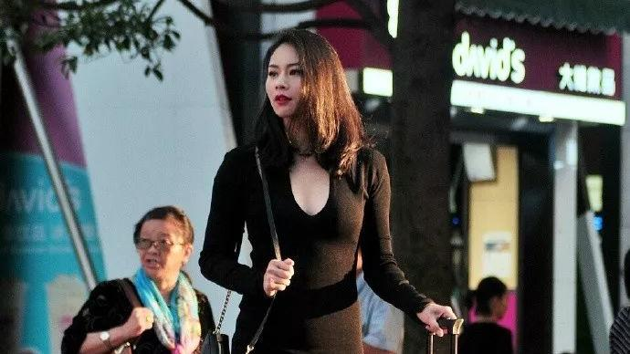 浅色针织开衫搭配黑色牛仔裤,青春靓丽,甜美可爱