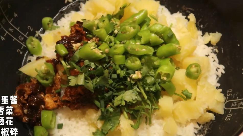 酸甜酥脆的东北锅包肉,配上吃不腻的东北饭包,超满足的单人东北晚餐!