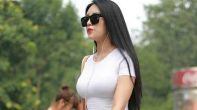 白色T恤搭配灰色裙裤,裙子裤子特点兼备,设计独特