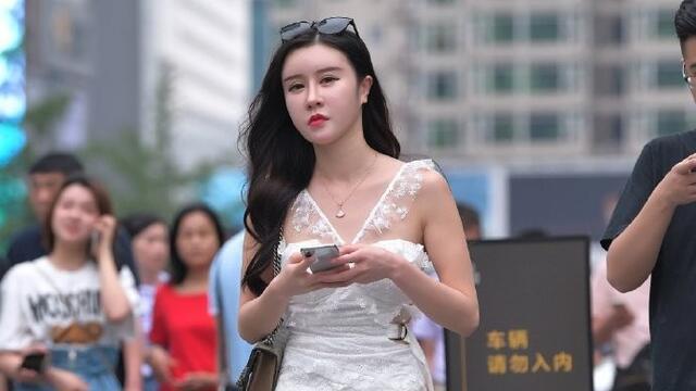 蕾丝和薄纱款式的抹胸短裙,搭配白色高跟凉鞋,清纯唯美令人心动