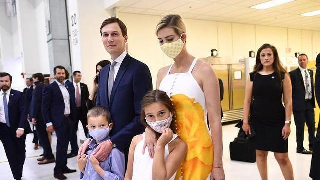 一家出动排场太足,伊万卡印花白裙比美后妈,梅拉尼娅花裙也不输
