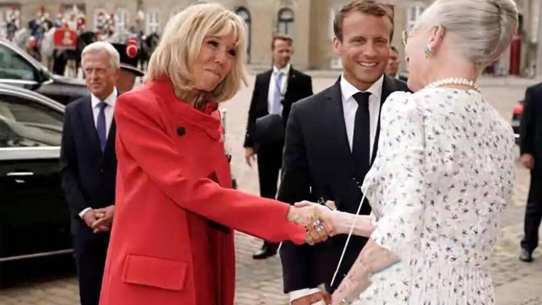 法国第一夫人凹造型,穿红衣遮不住皱皮的腿,被80岁老太抢风头