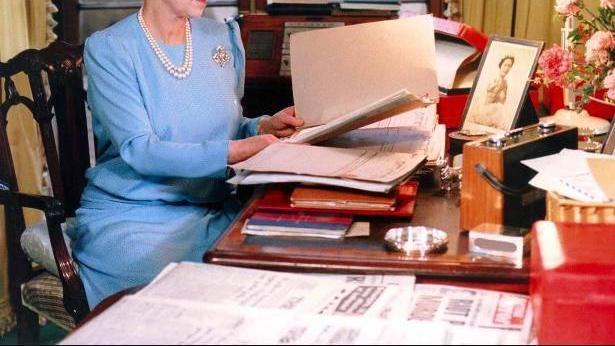 """英国女王也""""自恋"""",办公桌可以杂乱,但年轻时照片必须摆的端正"""