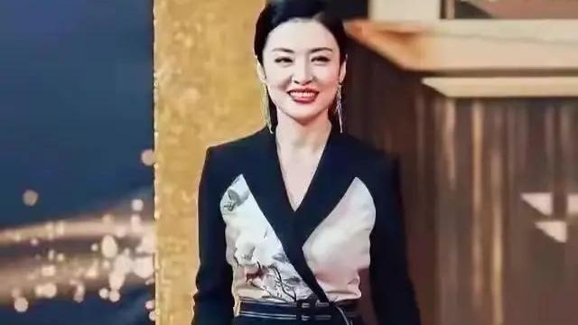 52岁周涛气质太优雅,穿中国风长裙涂红唇,尽显东方之美