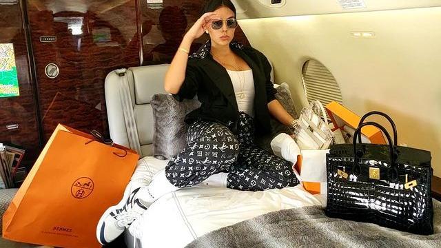 乔治娜最爱奢侈品成套穿搭,LV、Dior印花显眼,游艇练体操