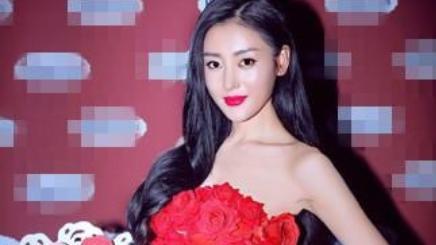 张天爱穿衣真胆大,身大红色玫瑰花图案连衣裙现身,气质艳压全场