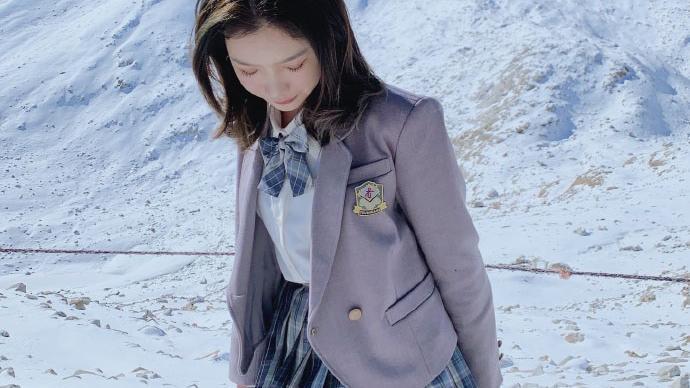 冰川雪地,格子百褶裙穿着不冻脚吗?真是可怕至极呢!