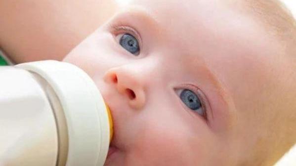 冲奶粉讲究多,这几个错误方式,宝宝越吃身体越差,家长赶紧改