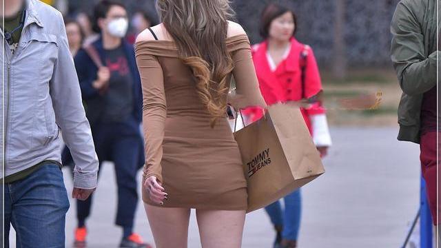 美女卡其色抹胸连衣裙,看起来非常的性感